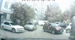 Kolejny filmik z kobietą na parkingu