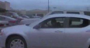 Koleś tańczy w samochodzie jakby go poraziło prądem