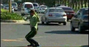 Tańczący policjant kieruje ruchem