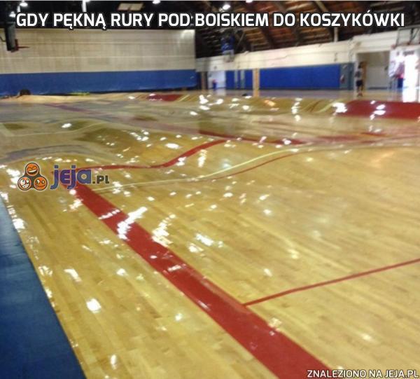 Gdy pękną rury pod boiskiem do koszykówki