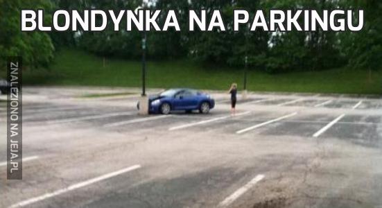 Blondynka na parkingu