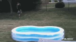 Kiedy chcesz wskoczyć do basenu, ale przypominasz sobie, że boisz się wody