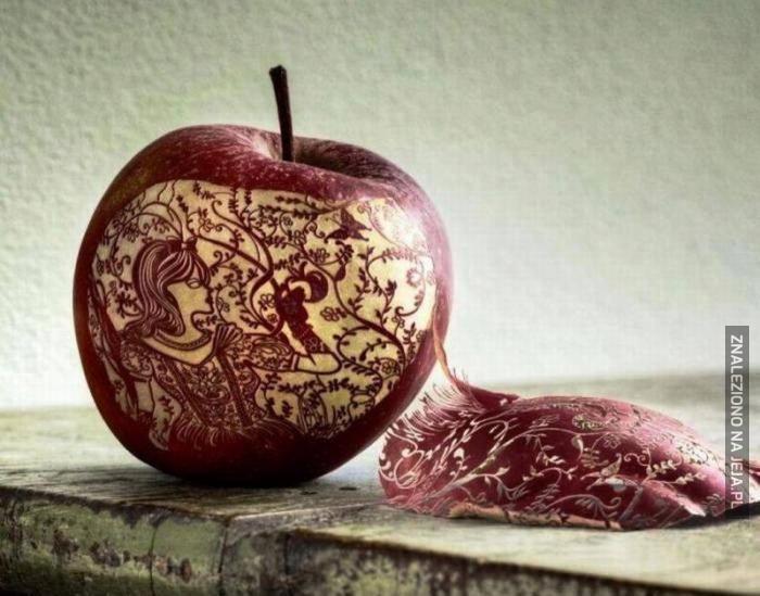 Królewna Śnieżka wyrzeźbiona w jabłku