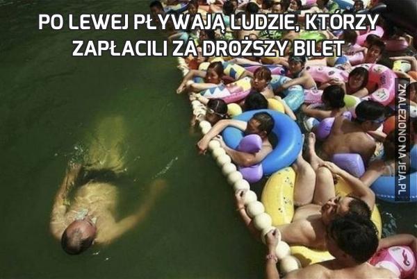 Po lewej pływają ludzie, którzy zapłacili za droższy bilet