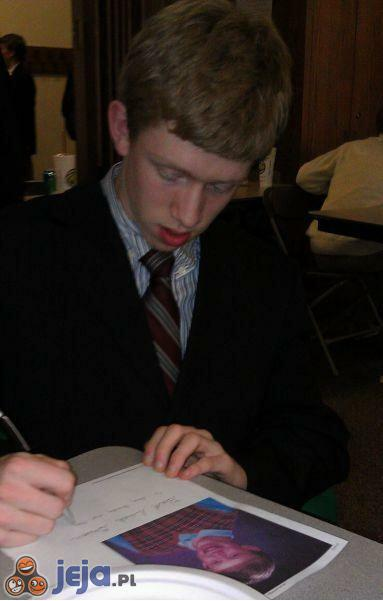Brian rozdaje autografy