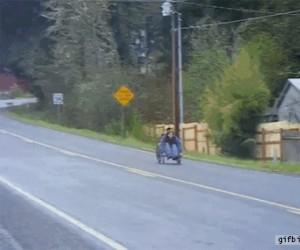 Ten wózek chyba mu się teraz przyda