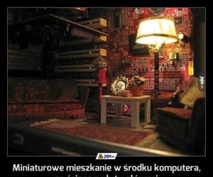 Miniaturowe mieszkanie w środku komputera, ze ścianą z płyty głównej