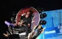 Dave Grohl koncertuje na swoim tronie ze złamaną nogą