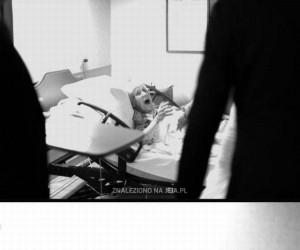Młoda para odwiedza babcię w szpitalu