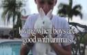 Uwielbiam gdy chłopcy są dobrzy dla zwierząt