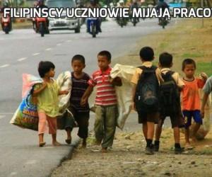 Filipińscy uczniowie mijają pracowników