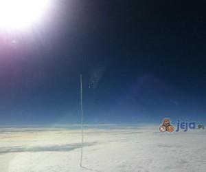 Wystrzelenie satelity widziane ponad chmurami