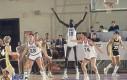 Wysoki koszykarz jest wysoki