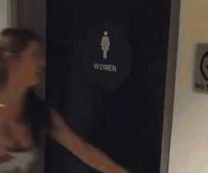 Oto czemu dziewczyny chodzą razem do łazienki