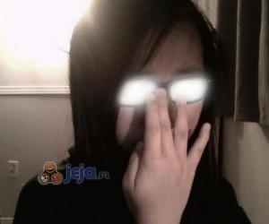 Ludzie i błysk okularów
