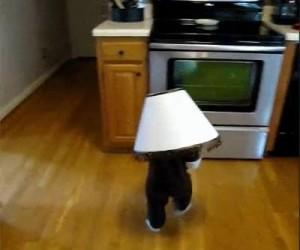 Dziecko z lampą na głowie, jakby ktoś nie zauważył