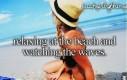 Relaks na plaży i oglądanie fal