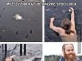 Mężczyzna ratuje kaczkę spod lodu