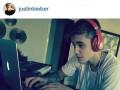 Justin tworzy muzykę...