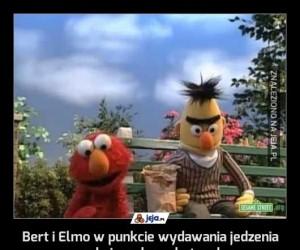 Bert i Elmo w punkcie wydawania jedzenia czekają na bezrobotnych