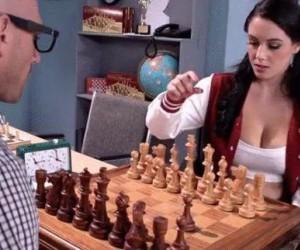 Mistrz szachów cierpliwie uczy dziewczynę grać