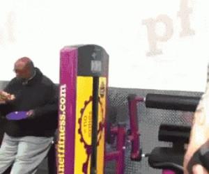 Facet wymiata na siłowni