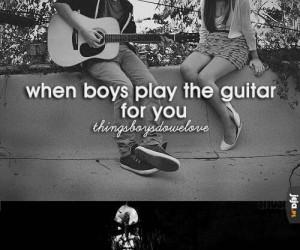 Kiedy chłopcy grają na gitarze