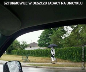 Szturmowiec w deszczu jadący na unicyklu