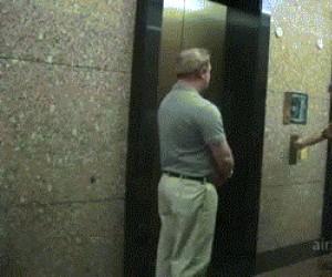 Czekasz sobie spokojnie na windę, a tu...