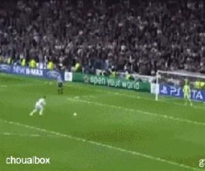 Piłka Ramosa w coś trafiła!