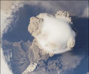 Wybuch wulkanu obserwowany ze stacji kosmicznej
