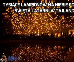 Tysiące lampionów na niebie podczas Święta Latarni w Tajlandii