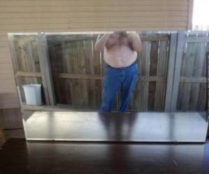 Właściciel zrobił zdjęcie lustra wystawionego na sprzedaż...