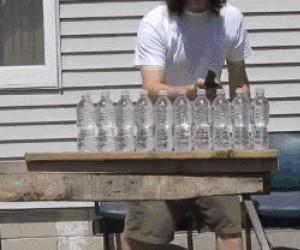 Nóż kontra dziesięć butelek