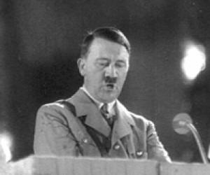 Adolf publicznie konsumuje arbuza