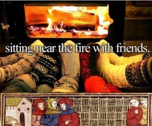 Siedzenie z przyjaciółmi przy ogniu