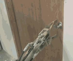 Robot, który potrafi otwierać drzwi