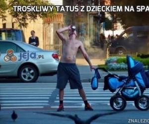 Troskliwy tatuś z dzieckiem na spacerze