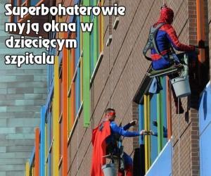 Superbohaterowie myją okna w dziecięcym szpitalu