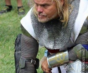 Jakiś idiota próbował ukraść miecz na zlocie bractwa rycerskiego