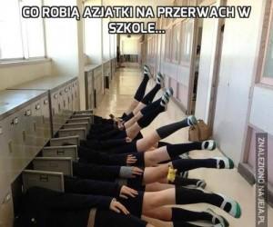 Co robią Azjatki na przerwach w szkole...