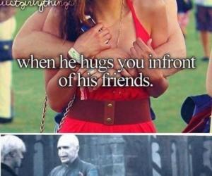 Kiedy on przytula Cię przy znajomych