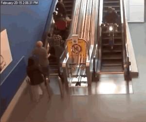 Ucieczka na motocyklu po ruchomych schodach