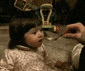 Dziewczynka pierwszy raz je grejpfruta