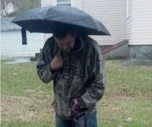 Piesek po raz pierwszy na deszczu