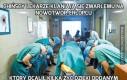 Chińscy lekarze kłaniają się zmarłemu na nowotwór chłopcu