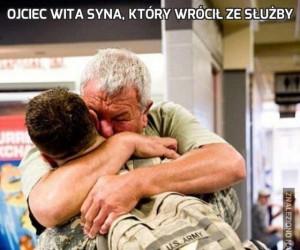 Ojciec wita syna, który wrócił ze służby