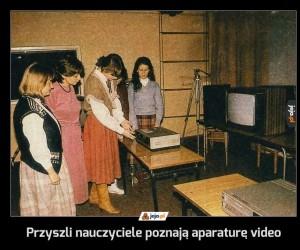 Przyszli nauczyciele poznają aparaturę video