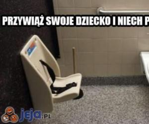 W toalecie z dzieckiem