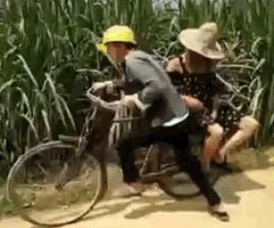 Kiedy pijany podwozisz swoją dziewczynę na rowerze
